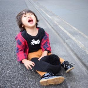 叩いたりする子供の癇癪(かんしゃく)をコントロールして対応する方法
