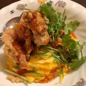 穴川のBAGOOS(バグース) アジアンフライドチキンオムライスはトロッと卵に唐揚げの甘辛ソースが効いて絶品なんだ