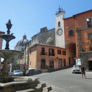 ラツィオ州北部「モンテフィアスコーネ」、ボルセーナ湖を望む法王ゆかりの村