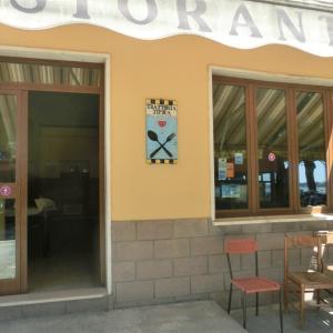 モンテフィアスコーネの湖畔のレストラン「トラットリア・ダ・モラーノ」
