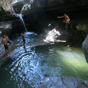 【2020年夏は川遊び】自然の芸術!ロッビ川の「叫びの洞窟」