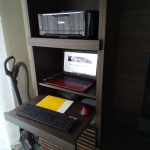 【在宅ワーカーの机】 リビングにパソコンを置くための壁面収納机ユニット