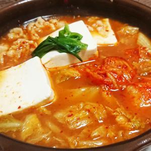セブンイレブン「1/2日分の野菜!コク旨キムチ鍋」を食す。残ったスープで雑炊にしても絶対美味しいと思う。