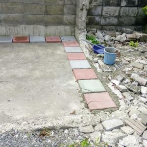 駐車場にコンクリート平板