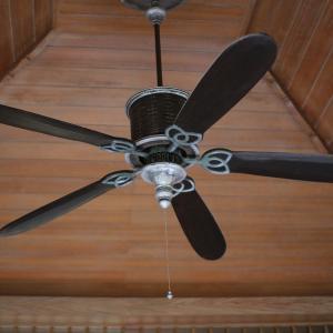 暑い夏に活躍する扇風機の正しい使い方「天井の空気をかき混ぜる」