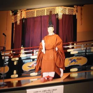 あの時、天皇・皇后は何を着ていたのか。即位礼正殿の儀、装束レプリカ展示②