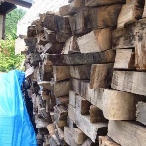 薪棚が崩壊寸前。。。