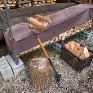 建築端材を斧で割ったり。。。