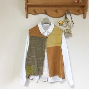 大地の織色でショートベストを仕立てました。自分色の織色を作り出す手織りは魅力的。