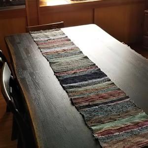 <メモリー2020> 思い出の洋服で2020mmの裂織りテーブルランナーを織りました。