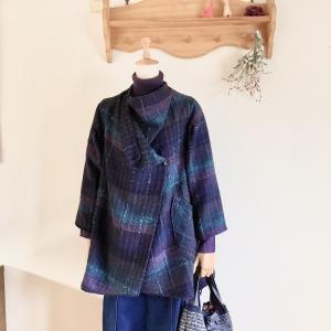 前身頃たっぷりのラップ式・・・手織り服は軽くて暖かい。やっぱり秋冬がピッタリだと思うのです。