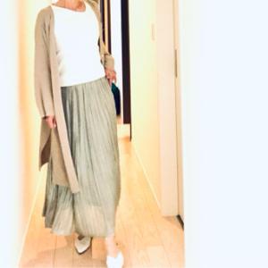 変形エリと軽やかなシャイニー感のスカート
