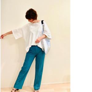 大人がキレイに着こなせるオーバーサイズ / 柔らかな馴染み方がたまらない、メタリックな革バック