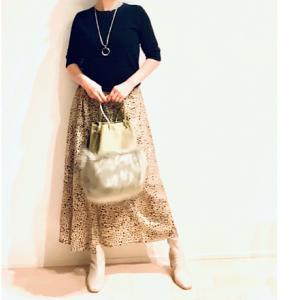 落ち着いたレオパ柄スカートと、可愛いボリュームのファーバッグ