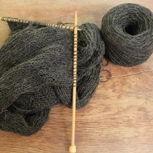 夏でもセーター編んでます。