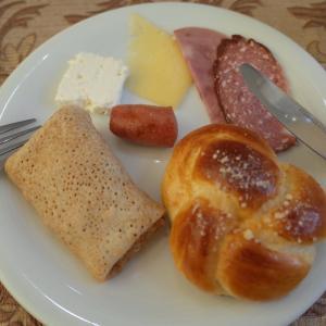 【アシガバード】ハムとチーズとブリヌイの朝ご飯