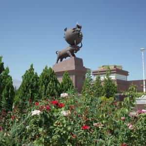 【アシガバード】巨大な牛によって運ばれ振動する地球