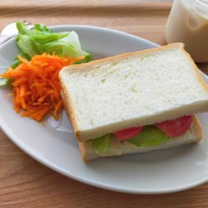 シンプルにレタスとトマトのサンドイッチ/ナスとピーマンと豚肉の炒めもの