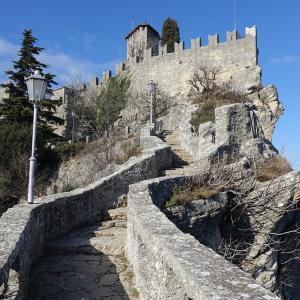 「サンマリノ共和国」はイタリア中東部に位置する独立した小国