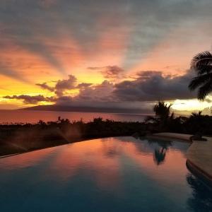 マリンアートの巨匠ラッセンは11歳の時ハワイの「マウイ島」に移住した