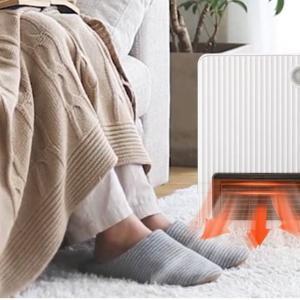 デスクの下が寒い!そんな時は足元ヒーターが超暖かくて最高!トイレやキッチンにも使えます。