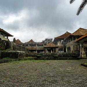 バリ島の巨大廃墟ホテル|ブドゥグル・タマンは曰くつきの館~取り壊し間近か!?