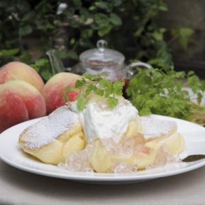【幸せのパンケーキ 新宿店】季節限定の新メニュー『国産白桃のローズヒップピーチパンケーキ』が 8月6日から販売開始
