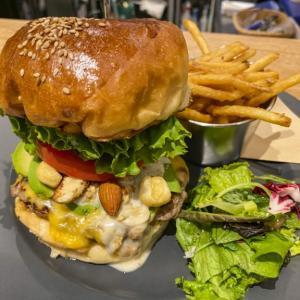 【新宿二丁目でハンバーガー】『Mr.Tokyo BURGER'S cafe』の平日限定お得ランチ!8種類のナッツが入った「Mr.Tokyo」バーガーとは