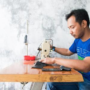 防水バッグブランド UITB:インドネシアの職人がハンドメイドする、破棄されたトラックタイヤのインナーチューブをアップサイクル