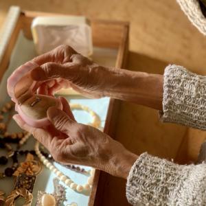 Q.遺品整理業者に部屋の中で失くしてしまった宝石類を探し出して貰えるのでしょうか?
