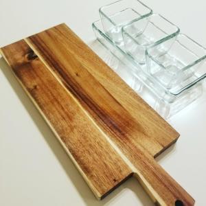 ニトリのアカシアカッティングボード×IKEAの耐熱ガラス食器がぴったり!