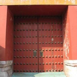 故宮の東華門の門釘が一列少ないことについて