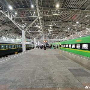 地方:厠+変わっている建築物+薄い緑の電車など