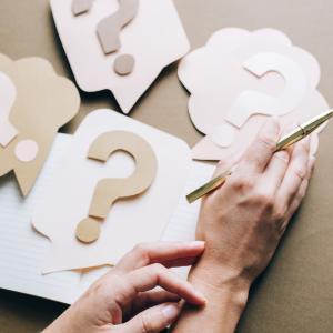 尿酸降下療法と治療関連有害事象、肝障害、主要心血管系有害事象(MACE)との関連性はどのくらいですか?(RCTのNWM; Pharmacotherapy. 2021)