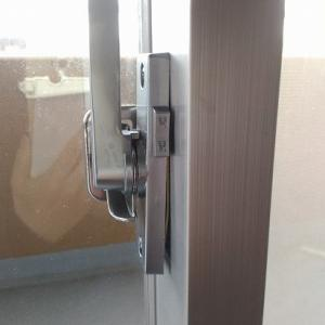 窓の鍵はクレセントという:何が変!このクレセント。