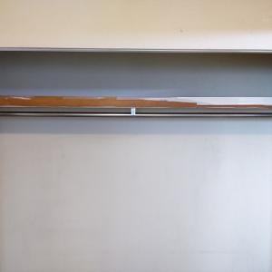 クローゼットの棚は作りかけ?シール上に塗装したい、そしてパイプから何か?