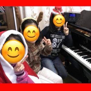 ピアノの前でメリークリスマス