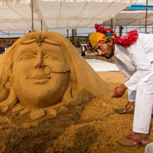 【サンドアーティストに会う】ラジャスタン州でただ一人!砂漠の砂を操る男
