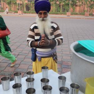 【インドで聖水を配る】1年に1度!シク教の特別な夜と街角聖水コーナー
