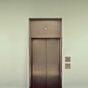 締まるボタンのないフランスのエレベーター