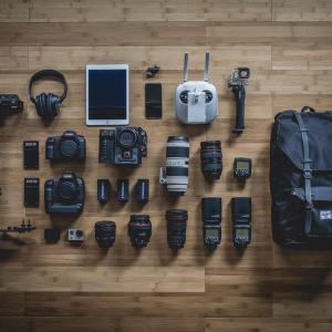 フットワークのいいコンパクトカメラで収録する場合にやるべきミキサーアウトケーブルの対策