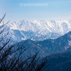 雪に覆われた飯豊連峰北端の雄峰朳差岳を望む202003