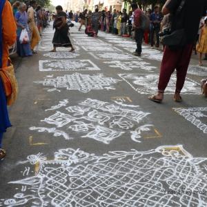 女たちの闘い!南インド伝統の床絵「コーラム」コンテスト