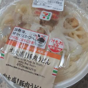 念願のセブン豚肉うどんー!