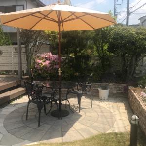 【お庭の日よけに!】ガーデンパラソルの種類とメリット・デメリットまとめ~強風で壊れたので買い換えました