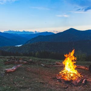 【スウェーデントーチ】でソロキャンプ!木こり伝統のおしゃれ焚き火をご紹介