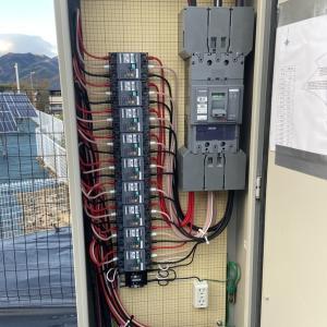 太陽光発電所の集電箱にはコンセントがあった方が良い理由