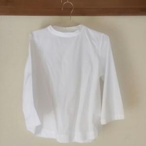 夏服のトップスは白が良い