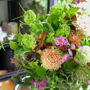 夏から秋へ。晩夏の花合わせと色合わせ|花のある日常