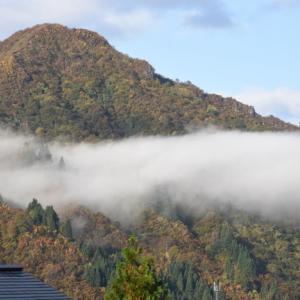 里山も色づき、秋晴れと呼べるのもあとわずか